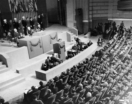 Conferencia de las Naciones Unidas sobre Organización Internacional del 25 de abril de 1945. El entonces presidente de los EEUU, Harry S. Truman se dirige a dar un discurso. fue una convención de delegados de 50 naciones aliadas durante la Segunda Guerra Mundial, que tuvo lugar del 25 de abril de 1945 al 26 de junio de 1945 en San Francisco, Estados Unidos. En esta convención, los delegados examinaron y reescribieron los acuerdos de Dumbarton Oaks. La convención se tradujo en la creación de la Carta de las Naciones Unidas, que fue presentada para su firma el 26 de junio del mismo año.