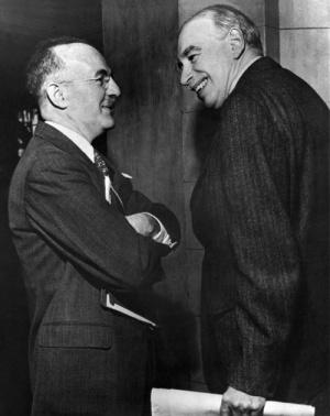 Secretario Asesor de la Tesorería de los EEUU,  Harry Dexter White (izquierda, con gafas) y John Maynard Keynes (derecha), consejero honorífico de la Tesorería del Reino Unido, en el encuentro inaugural de la Junta de Gobernadores del Fondo Monetario Internacional en Savannah, Georgia, EEUU, el 8 de marzo de 1946.
