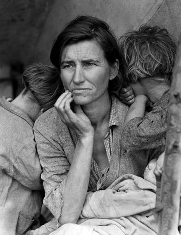 """No se puede hablar de la Gran Depresión sin ilustrarla con esta famosísima fotografía de Dorothea Lange: se titula """"Madre migrante"""" y muestra a Florence Owens Thompson (centro), de 32 años y sus hijas Katherine (izquierda) y Ruby (derecha) con la bebé Norma en brazos, ejemplo de sufrimiento de los desposeídos cosechadores de California. Florence era madre de 7 hijos. La foto se tomó en Nipomo, California (marzo de 1936)."""