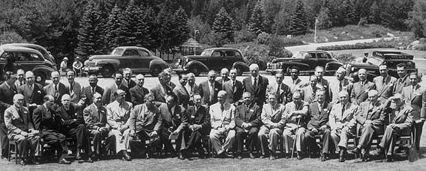 """""""Foto de familia"""" de los delegados de la conferencia de Bretton Woods en 1944. Fuente: archivos del Fondo Monetario Internacional."""