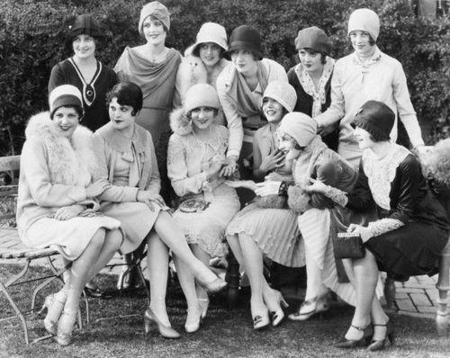 """Las """"flappers"""" (""""agitadoras, aleteadoras"""") son una de las imágenes icónicas de los años 20. Cone ste término se designó en los años 20, a aquellas mujeres pioneras de clase media-alta que eran emprendedoras, glamourosas y desinhibidas, que rompieron con las normas tradicionales que relegaban a la mujer a un segundo plano. Se las asociaba a menudo al desenfreno juvenil, al baile del charleston, y el fumar (hasta entonces, los principales fumadores habían sido los hombres)."""