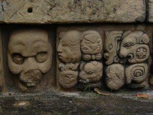 Relieve de templo maya.