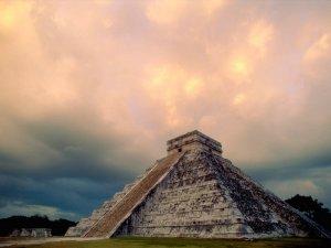"""Templo (""""pirámide escalonada"""") de Kukulcán, en Chichén-Itzá, Yucatán."""