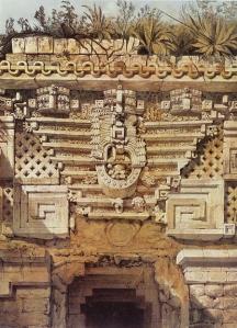 """""""Ornamento sobre la puerta principal de la Casa del Gobernador de Uxmal"""", por Catherwood."""
