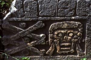 Relieve en forma de cráneos y huesos de una edificación de Uxmal.