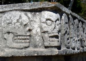 """Tzompantli de Chichén-Itzá. Tzompantli significa """"muro de cráneos"""" y es un término nahuatl, no maya, pero también se le aplica a esta cultura: era una plataforma de piedra donde se exponían los cráneos de los sacrificados a los dioses."""