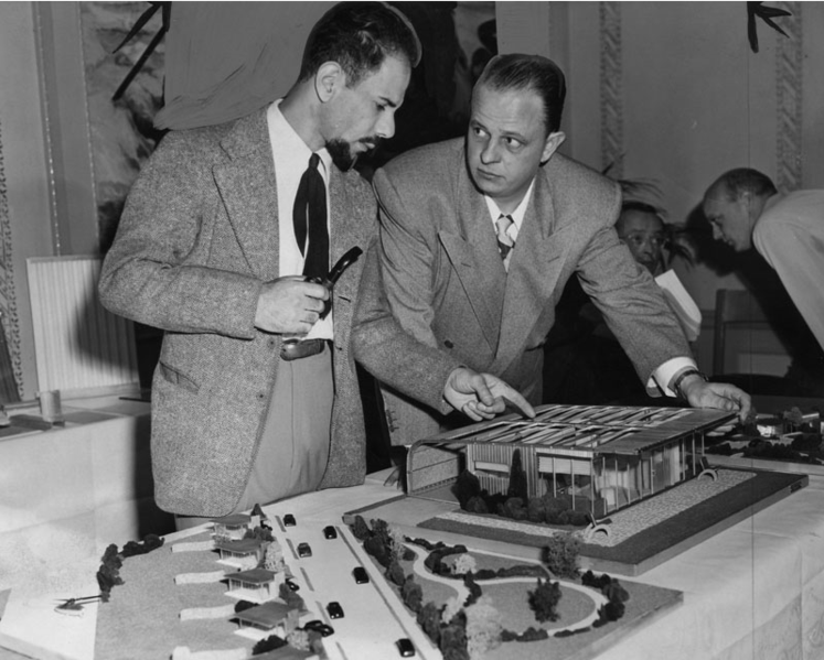 """Jacque Fresco (izquierda) y Earl """"loco"""" Muntz a la derecha en la exposición del """"Trend Home"""" en una feria de viviendas en 1947."""