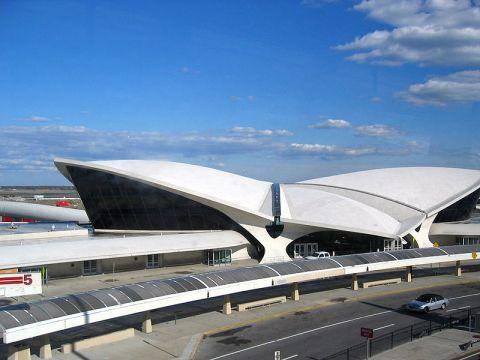 La terminal TWA del Aeropuerto Internacional John Fitzgerald Kennedy de Nueva York, uno de los pocos edificios fuera de California en este estilo.