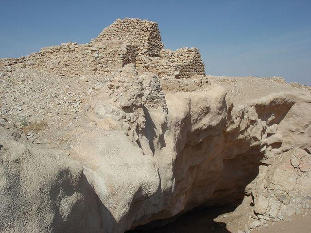 """Ciudad-fortaleza de Shisr (o Ash Shisur), en Omán. Sus habitantes la abandonaron cuando, después de siglos sacando agua de los pozos que había justo en el subsuelo, la tierra se hundió, en torno al siglo IV d.C. Muchos beduinos identifican esta ciudad como la mítica Irem (o Iram), la de las Columnas (¿os habéis leído las obras de H. P. Lovecraft?), o Ubar, """"la Atlántida de las Arenas""""."""