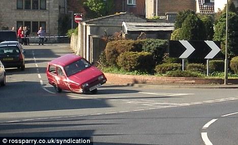 """Reliant Robin, uno de los poquísimos automóviles británicos de tres ruedas mostrando su inestabilidad en las curvas, la misma que la de la """"obra"""" de Jacque Fresco."""