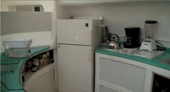 Detalle de la organización de la cocina del Proyecto Venus. Una lata de sardinas... tamaño humano.