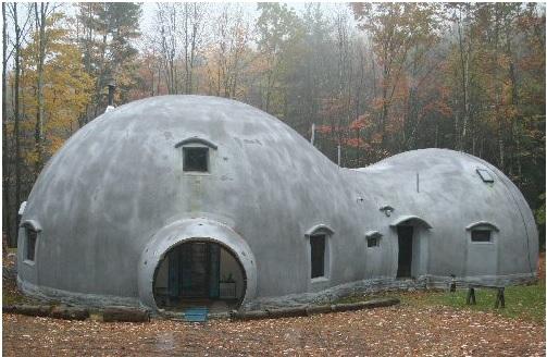 Un ejemplo de domo monolítico con protecciones en los vanos. Práctico, pero bastante desagradable.
