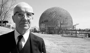 Buckminster Fuller, en primer plano. Al fondo, uno de sus domos geodésicos.