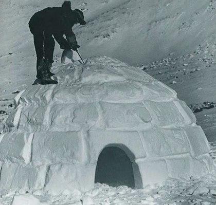 Fotografía que muestra la forma en cómo se construye un iglú.