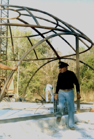 Jacque Fresco durante los inicios de la construcción de sus edificios del Proyecto Venus.