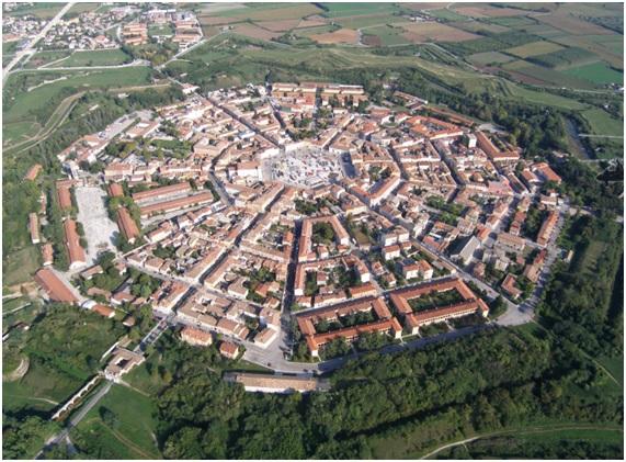Palmanova, Italia, fundada en el siglo XVI como ciudad-fortaleza. Tiene forma de eneágono. Diseñada por el arquitecto Vincenzo Scamozzi.