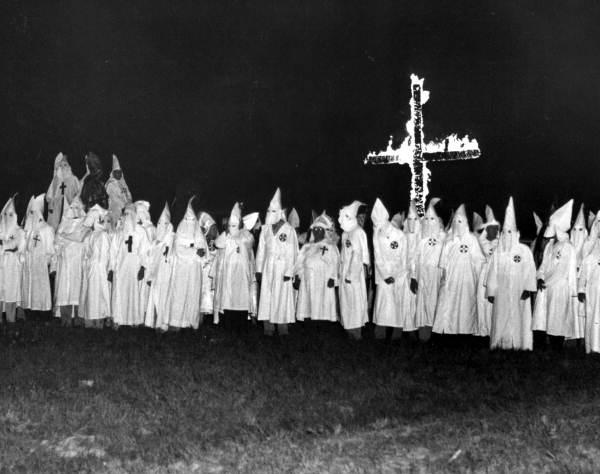Foto: Miembros del Ku-Klux-Klan reunidos ante una cruz ardiente en Tallahassee, Florida. 1956 (la época de Fresco en el Klan, supuestamente estamos viendo en esta imagen a personas que se trataron con él). Imágenes del Archivo del estado de Florida, sección Florida Memory.