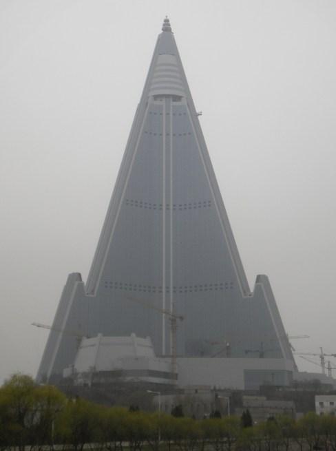 Hotel Ryugyong en Pyongyang, capital de Corea del Norte. Abril de 2012.