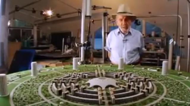 Jacque Fresco ante una maqueta (cómo no) de su ciudad circular en su taller.
