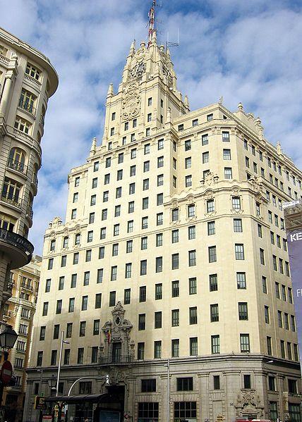 Sede de la antigua compañía estatal española de telecomunicaciones, Telefónica. Gran Vía, 28 de Madrid. Comenzó a privatizarse en 1995, bajo Felipe González, pero el grueso de la privatización se realizó durante el gobierno de José María Aznar.