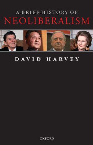 """Portada del libro """"A Brief History of Neoliberalism"""" (""""Una Breve Historia del Neoliberalismo""""), por el antropólogo y geógrafo británico de ideología marxista David Harvey. Editorial Oxford."""
