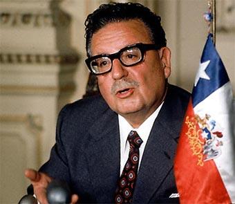 Salvador Allende Gossens (Valparaíso, 1908 - Santiago de Chile, 1973). Político chileno, líder del Partido Socialista, del que también fue cofundador en 1933. Fue presidente de Chile desde 1970 hasta el golpe de estado dirigido por el general Augusto Pinochet el 11 de septiembre de 1973, día en que falleció en el Palacio de la Moneda, que fue bombardeado por los golpistas.