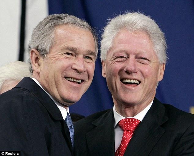 Bill Clinton, (derecha), presidente demócrata (progresista) durante 1993-2001 y su sucesor, George W. Bush (izquierda), presidente republicano (conservador) de EEUU desde 2001 a 2009. Si bien ambos aplicaron políticas neoliberales, fue Bush quien se llevó el odio mundial de grandes sectores al presentarse como un firme defensor radical de esas medidas. No le ayudaron a mejorar su imagen ni la Guerra de Irak ni su estilo de mandatario, caótico, ridículo y con una administración muy prepotente y claramente defensora de los ricos. La era Clinton fue, además, mucho mejor en lo económico.