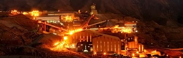 Mina El Teniente (actaulmente Codelco División El Teniente), en la comuna de Machalí, Chile, es la mina subterránea de cobre más grande del mundo.  Comenzó a ser explotada en 1904.  Posee 2400 kilómetros de galerías subterráneas. produce más de 450 mil toneladas métricas finas anuales de cobre en forma de barras de cobre anódico y ánodos de cobre. Como resultado del procesamiento del mineral también se obtiene molibdeno. Fotografía nocturna de la empresa CODELCO.