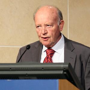 John Williamson, economista asesor de varios gobiernos, especialmente latinoamericanos , la ONU y el FMI. Autor de
