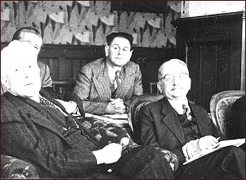 Karl popper (fila de atrás) y Ludwig von Mises (de frente, a la derecha) en la primera reunión de la Sociedad Mont Pelerin en 1947. George Stigler bromeó una vez diciendo que la Sociedad Mont Pelerin bien podría haberse llamado simplemente