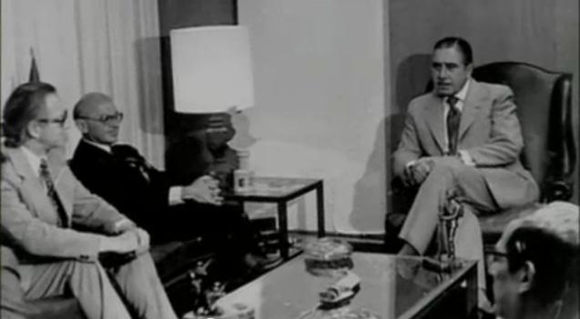 Fotografía de la entrevista entre el economista de la escuela de Chicago Milton Friedman (de negro, en el sillón de la izquierda) y el dictador Augusto Pinochet (en el sillón de la derecha), en Santiago de Chile en marzo de 1975.
