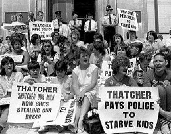 Huelga sentada de esposas de mineros afectados por la privatización de las minas de carbón británicas y que protestaban, a su vez, por la eliminación de la leche gratuita en los comedores de las escuelas por parte de Margaret Thatcher. La