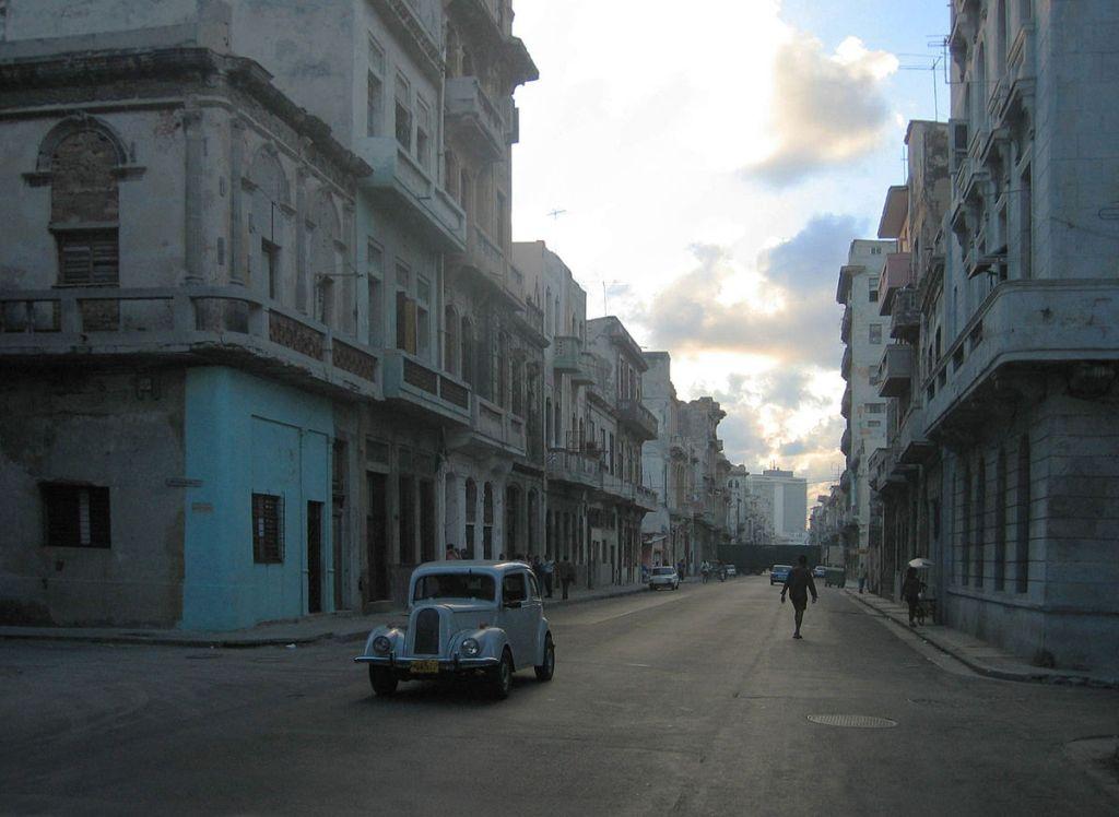 Ford Anglia circulando por una desolada calle de La Habana, Cuba. Fotografía tomada el 7 de agosto de 2006. Cuba es muy conocida por tener una flota de automóviles compuesta en su mayoría por vehículos antiquísimos, propios de los años cincuenta (
