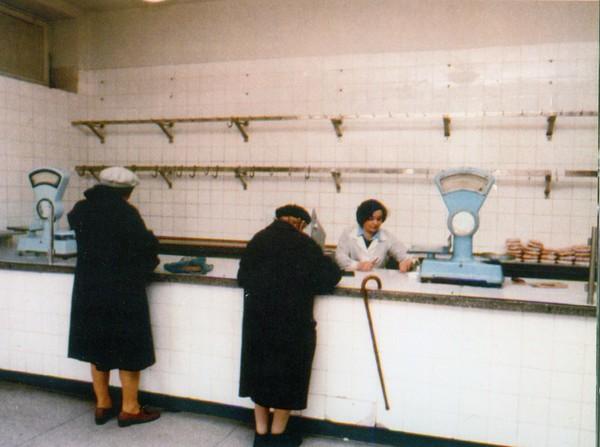 Tienda del Estado prácticamente vacía en la Varsovia del periodo comunista (años ochenta).