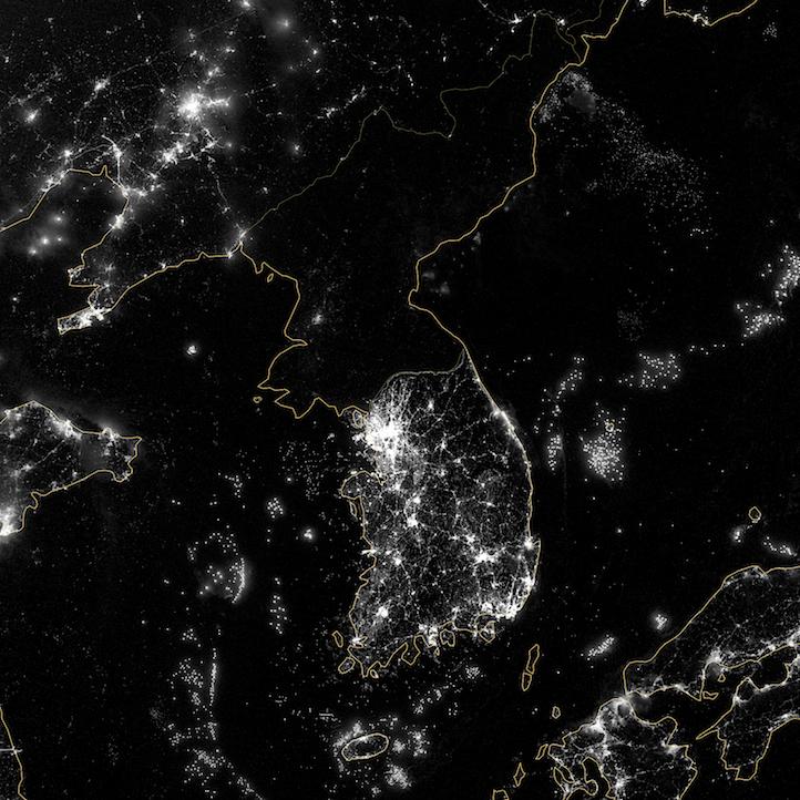 Imagen nocturna de infrarrojos visibles de la península coreana tomada con el Visible Infrared Imaging Radiometer Suite, o VIIRS, instalado en el satélite finlandés Suomi NPP . 24 de septiembre de 2012. Nótese cómo Corea del Norte (
