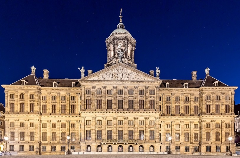Vista nocturna del que fuera el Banco (o Casa) de cambio de Amsterdam, el Amsterdamsche Wisselbank. Y seguramente los que hayáis ido, como un servidor por la ciudad, os estaréis diciendo...