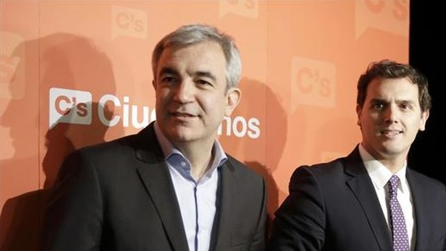 El economista Luis Garicano (izquierda) junto al líder del partido político Ciudadanos, Albert Rivera (derecha). Foto: eldiario.es Febrero de 2015.
