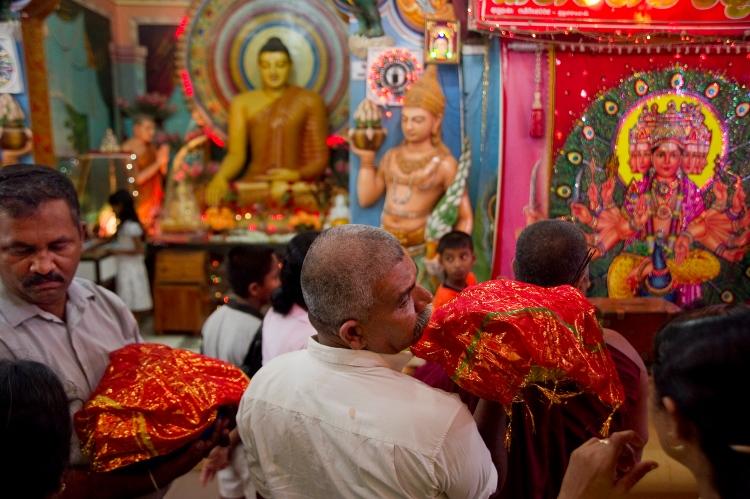 Peregrinos budistas adorando a los dioses
